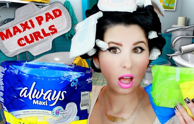 Curl your hair with maxi pads