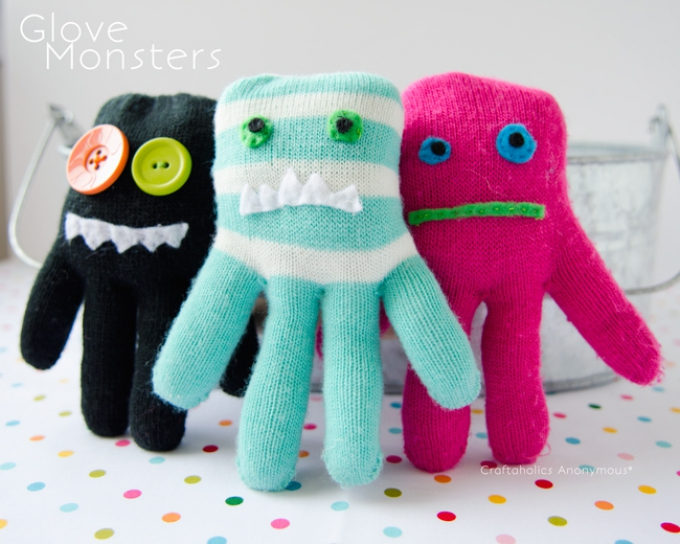 DIY Christmas Gifts glove monster puppets